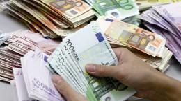 Un empleado de banca cuenta billetes de euros