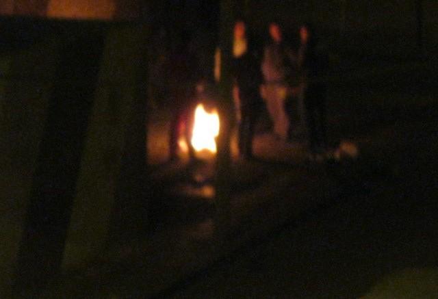 Fogata en plena noche fotografiada por una vecina.