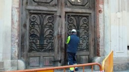Un operario a las puertas del complejo fabril de Bombas Gens. Foto de Cercle Obert.