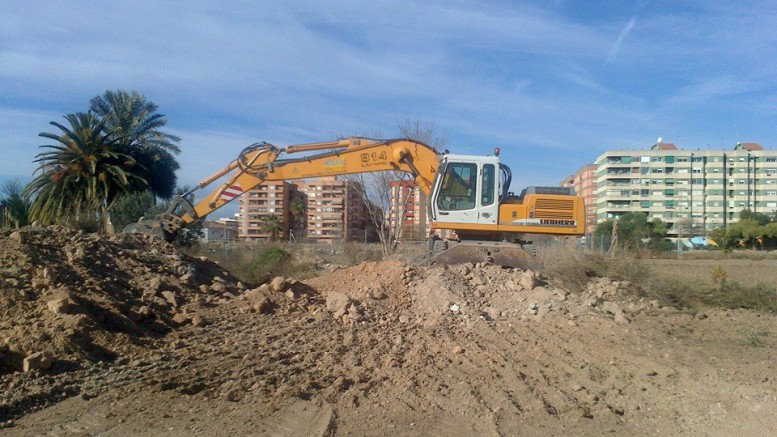 Una excavadora trabajando en la nueva parcela de Benimaclet.