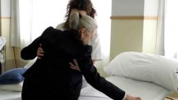 Una cuidadora con una de las miles de las personas con dependencia en la Comunitat