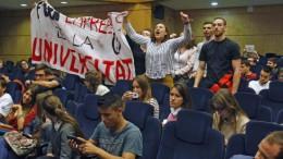 Pancartas en la conferencia de Felipe González en la UA