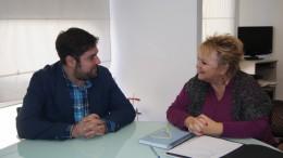El alcalde de Rafelbunyol, Francisco López, con la diputada de Bienestar Social, Mercedes Berenguer en una reunión