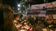 París sigue tomada por la Policía y se suceden los homenajes a las víctimas
