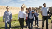 El diputado de Cooperación Municipal, Emili Altur, en su recorrido, con otros dirigentes políticos en Sagunt