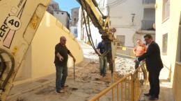 Una máquina excavadora y operarios en las obras de mejora de acceso al barrio de La Villa de Ontinyent