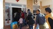 Refugiados sirios en uno de los puestos de Cruz Roja. Un tema que enfrenta a Gobierno y Consell
