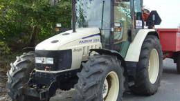 Un vehículo agrícola fuera del casco urbano en aparcamiento de tractores