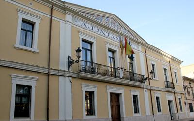 Fachada con la entrada principal del ayuntamiento de Manises con las banderas institucionales