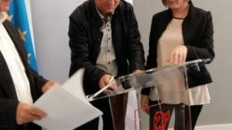 El alcalde de Llíria, Manolo Civera, en la firma de declaración sobre transporte