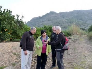 La concejala de Medio Ambiente y miembros del Centro Excursionistas en el plan de recuperación de las rutas de montaña de Xàtiva