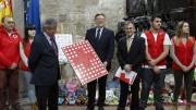 Ximo Puig entrega los juguetes de la campaña de Cruz Roja