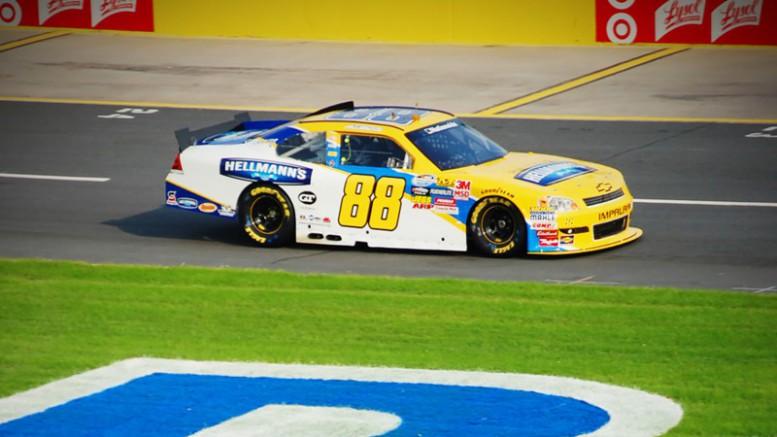 El científico Bill Nye insta a la NASCAR a cambiar a los coches eléctricos