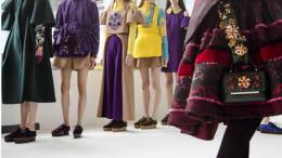 Las modelos de Josep Font para Delpozo esperan en el backstage antes de salir a la pasarela