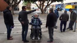 Los técnicos y el vecino de Silla, con problemas de movilidad reducida,recorren todas las calles del municipio