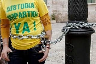 Defensores de la custodia compartida en protesta ante Las Corts en 2011