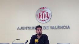 El teniente de alcalde de Valencia, Jordi Peris, anuncia la medida para los asesores en rueda de prensa