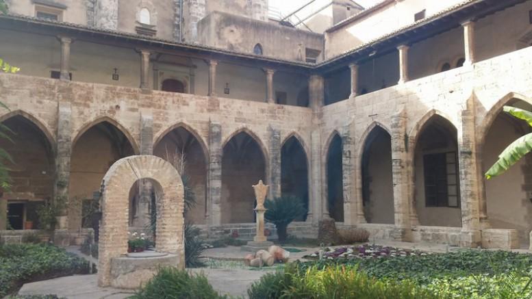 Mujeres valencianas. Claustro Monasterio de la Trinidad
