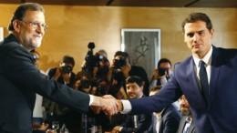 Mariano Rajoy y Albert Rivera se dan la mano tras la firma del acuerdo