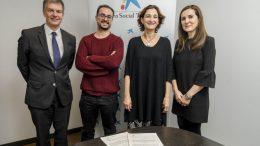 El director territorial de CaixaBank en la Comunitat Valenciana, Xicu Costa con los representantes de los dos proyectos valencianos seleccionados.