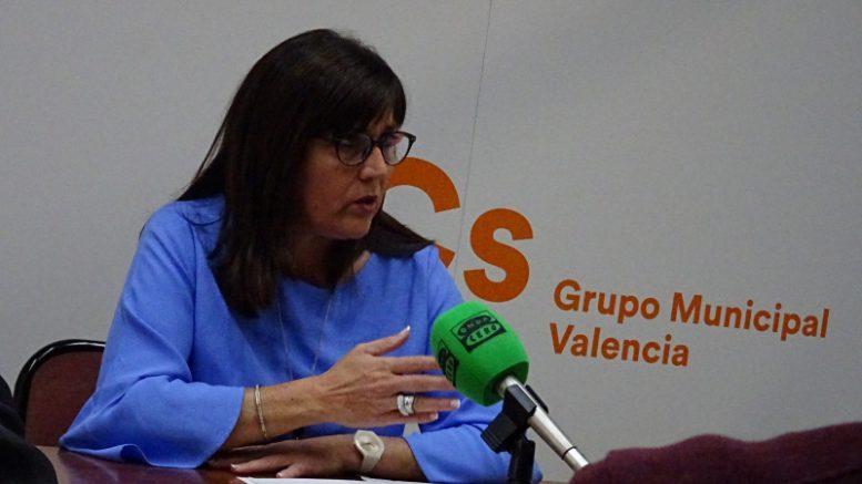 """María Dolores Jiménez, """"ahora hay aproximadamente 30 bomberos menos que en el 2015 y encima el tripartito alardea de que han incorporado efectivos, eso no es cierto""""."""
