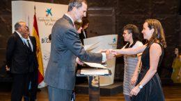 Dolores García recogiendo la Beca de la Caixa de manos de SSMM los Reyes