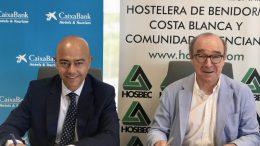 El director de banca de empresas de CaixaBank en la Comunitat Valenciana, Bernardino Gosp; y el presidente de Hosbec, Antonio Mayor.