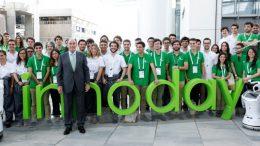 Ignacio Galán con jóvenes participantes en Innoday