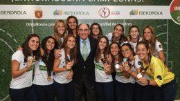 El presidente de Iberdrola reafirma el compromiso de la empresa con el deporte femenino ante 13 jugadoras de la selección nacional de Hockey Hierba