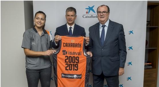 Esther Díaz, capitana del primer equipo femenino, Xicu Costa, director territorial de CaixaBank Vicente Solá, presidente de Valencia Basket Club