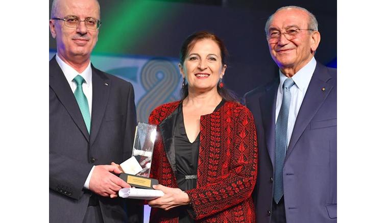 El primer ministro palestino, Rami Hamdallah, fue quien hizo entrega del premio a Lola Bañon Castellón