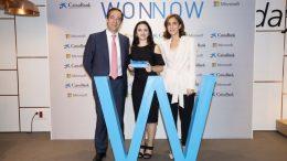 Paula Calderón, Ganadora Premio Wonnow Com Valenciana, junto a Gonzalo Gortázar, consejero delegado de CaixaBank, y Pilar López, presidenta de Microsoft España