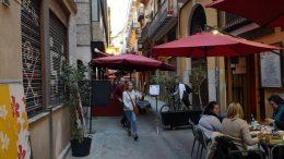 El movimiento vecinal lamenta la incapacidad municipal para abordar el problema del ocio, las terrazas y los apartamentos turísticos