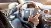 Mandar un mensaje de WhatsApp desde el teléfono móvil mientras se conducedeteriora significativamente el rendimiento en la conducción