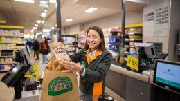 Mercadona avanza a abril la sustitución de bolsas de plástico por otras de papel y material reciclado