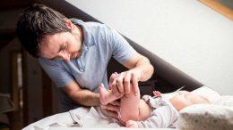 El Gobierno amplía el permiso de paternidad y obliga a las empresas a publicar los salarios de hombres y mujeres