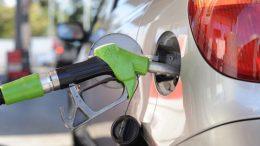 La subida del petróleo y el aumento de impuestos llevan a la gasolina a su nivel más alto del año